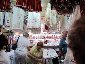 """I """"Mercado dos Lavradores"""" er det også flere broderi- og souvenirbutikker - i tillegg til frukt, grønnsaker og fisk. (Foto: johnsteffensen.no)"""