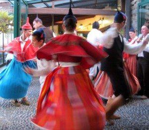 "Den fargerike folkedansgruppen ""da Boa Nova"" fra Madeira. (Foto: johnsteffensen.no)"
