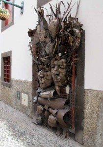 Ikke all kunst (eller er det pynt) er like hensiktsmessig på en inngangsdør. (Foto: johnsteffensen.no)