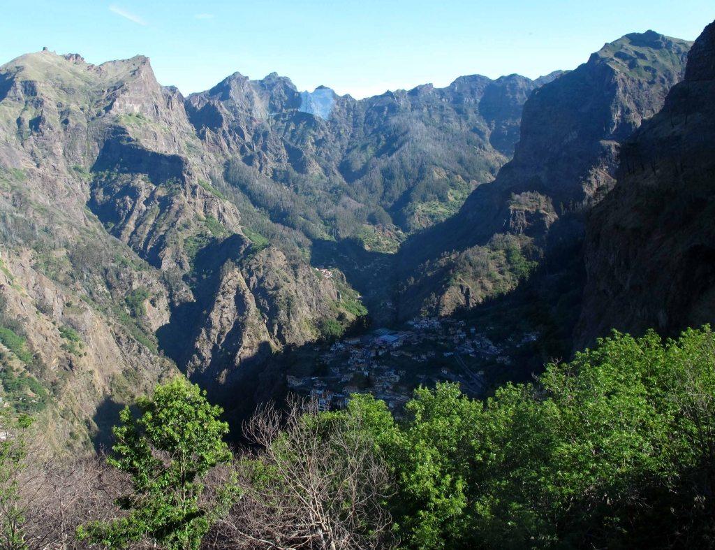 """Madeiras natur er variert, vakker, vill og vidunderlig. Her fra Curral das Freiras (""""Nonnenes dal"""") (Foto: johnsteffensen.no)"""