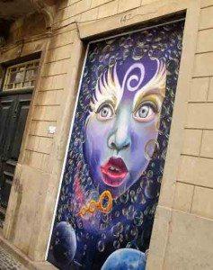 """I den lange """"Rua de Santa Maria"""" har mange kunstnere fått boltre seg på henimot alle gatedører og portrom. (Foto: johnsteffensen.no)"""