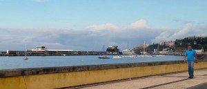 Mange av utfluktene som er beskrevet i dette reisebrevet starter ved havnen i Funchal. Den store båten bak til høyre, er fergen til naboøyen Porto Santo. Flere av de andre båtene i forgrunnen brukes til å frakte turister (se reisebrevet). Foto: johnsteffensen.no