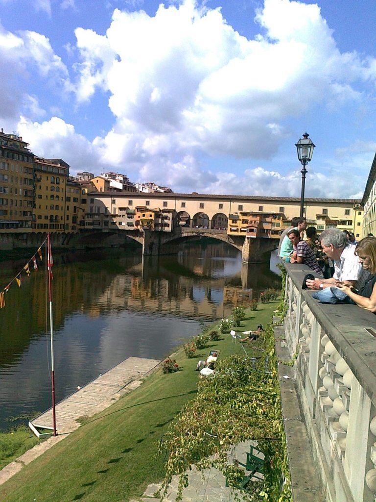 Ponte Vecchio (gammel bro) eller Gullsmedbroen som den blir kalt i dag pga. alle Gullsmedene som holder til her. Slik vi ser broen i dag - skriver seg fra 1345.  Tidligere var det slaktere som holdt til her, og da var det bekvemt å bli kvitt avfallet rett ned i elven Arno. Eneste bro i Firenze som ikke ble ødelagt under andre verdenskrig.  (Foto: Britt Hilt Caspersen)