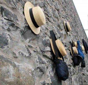 Lunsjtid. Tobogganførernes hatter og vesker henger på utsiden av kafeen. (foto: johnsteffensen.no)