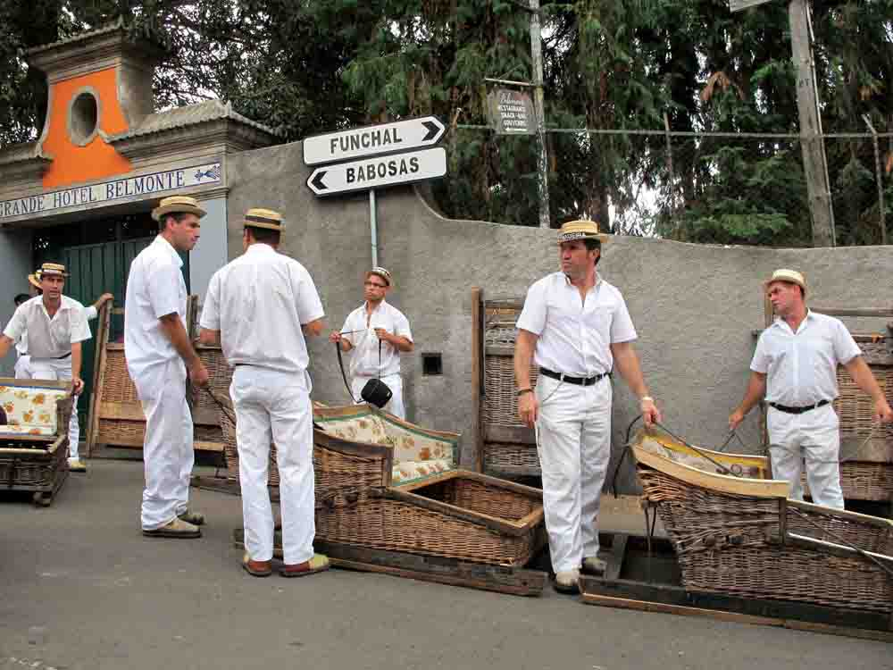 Tobogganførerne venter på nye turister som vil dra med tresleder nedover den blankskurte asfalten fra Monte (foto: johnsteffensen.no)