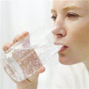 Når du tilfører kroppen væske, er vann best.