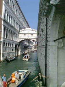 Sukkenes bro (Ponte dei Sosperi) fra 1597.  Bro mellom Dogepalasset og fengslet - det var her fangene trakk et siste sukk før de ble henrettet. (Foto: Britt Hilt Caspersen)