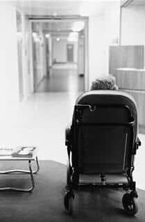 Alle som besøkte mor/svigermor på rapport-sykehjemmet reagerte negativt på det tilbudet hun fikk. Det ble ganske snart tydelig at det jevnt over ikke var beboernes behov som var i sentrum, og at personalet stadig foretok feile prioriteringer.