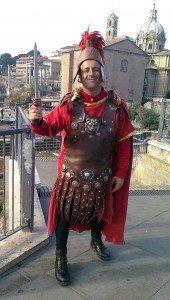 Gladiatorer lar seg i dag fotografere for en liten pengesum utenfor Forum Romanum og Colosseum. (Foto: Britt Hilt Caspersen)