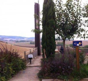 Pilegrimsveien er tydelig merket med piler og kamskjell. I år (2012) synes jeg det er flere pilegrimer enn tidligere. Noen er troende, andre er det ikke. En trenger ikke være religiøs for å vandre Camino de Santiago. (Foto: Vigdis Asmervik Taule)