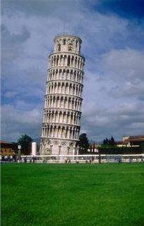 Det skjeve tårnet i Pisa (Italiensk Torre pendente di Pisa eller Torre di Pisa) er det frittstående klokketårnet til katedralen i byen Pisa. Tårnet ble skeivt allerede kort tid etter at det ble bygget i 1173.