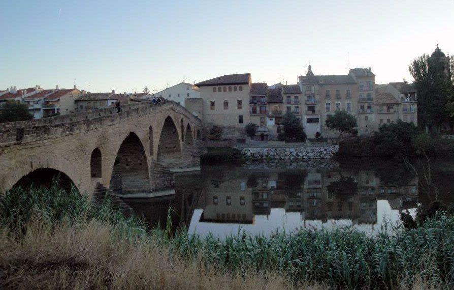 I Puente la Reina møtes to pilegrimsveier. Stedet har navn etter sin vakre, tusen år gamle bro. (Foto: Vigdis Asmervik Taule)
