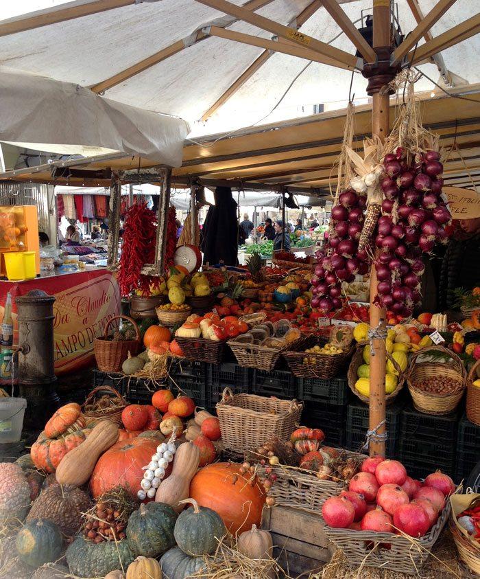 "På ""Campo de Fiori"" er det blomster-, frukt-, krydder- og grønnsaksmarked mandag til lørdag formiddag. (Foto: Britt Hilt Caspersen)"