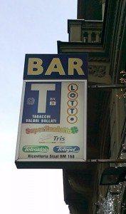 Billetter må kjøpes på forhånd hos enkelte aviskiosker, barer i nærheten av buss-stopp og Tabaccaioen.