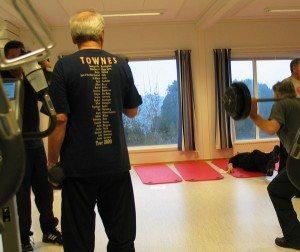 Flere ukentlige økter med vekter, trimsykkel og matteøvelser hører med. På Krokeide Rehabiliteringssenter bli man godt ivaretatt av et kyndig personale. /Foto: johnsteffensen.no)