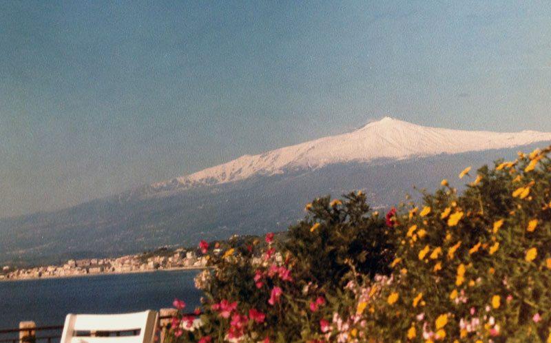Europas største, aktive vulkan fins på Sicilia, her foreviget fra Taormina. (Foto: Britt Hilt Caspersen)