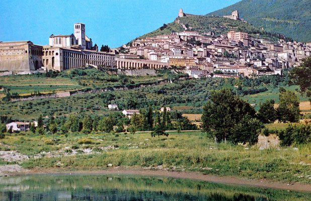 Byen-Assisi.-I-forgrunnen-ses-fransiskanermunkenes-kloster-og-Basilica-di-San-Francesco