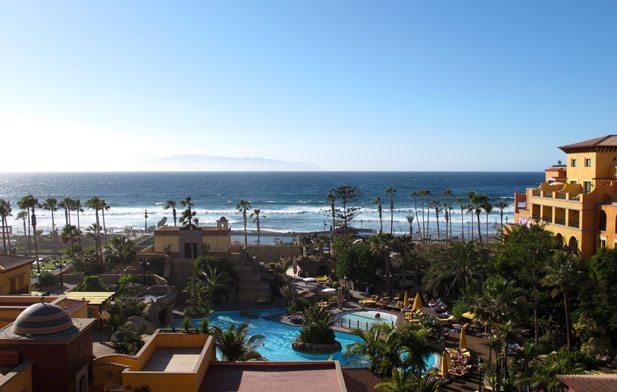Vi bodde på det særpregete hotellet Villa Cortes, et hotell som er bygget i Mexicansk haciendastil. Hotellet ligger helt nede ved stranden og i horisonten skimtes La Gomera. Brenningene på stranden ble mye brukt av surfere og var ikke spesielt innbydende med tanke på vanlig bading. Hotellets eget bassengområde var derimot en oase, og her kunne gjestene nyte solen i ro og mak godt skjermet av hotellbygningene. (Fotp: John Steffensen)