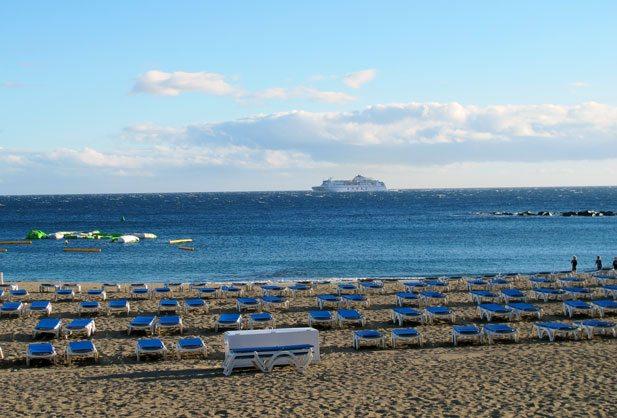 Los Cristianos er nabostranden til Playa de las Americas og det tar bare 10 minutter å gå dit på den flotte strandpromenaden. Fergen på bildet går i rute mellom Tenerife og La Gomera, øyen som er blitt berømt for urbefolkningens særegne plystrespråk. (Foto: John Steffensen)