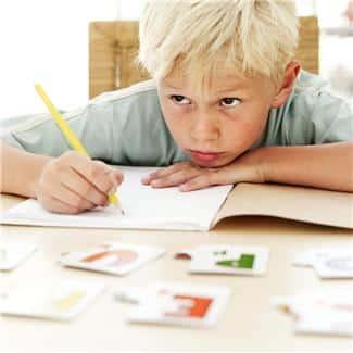 Stille barn er lett å glemme i skolehverdagen. Forskning viser at dette kan føre til uheldige skadevorkninger på lengre sikt. (johnsteffensen.no)