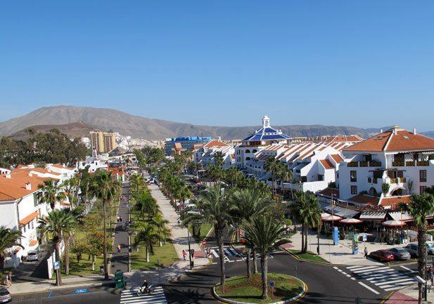 Et av de mest populære stedene på Tenerife er Playa de las Americas lengst sør på øyen. På denne siden av Tenerife er været mest stabilt, nedbøren er mindre og gjennomsnittstemperaturen er høyere enn lenger nord på øyen. (Foto: John Steffensen)