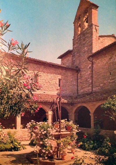 San-Damiano-klosteret.Det-var-dette-klosteret-Frans-passerte-da-han-hadde-bestemt-seg-for-å-gi-avkall-på-alt-gods-og-gull...