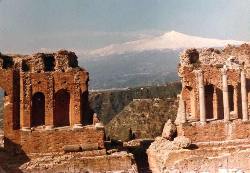 Fra feriebyen Taormina. Det greske teateret med Etna i bakgrunnen. (Foto: Britt Hilt Caspersen)