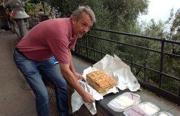 Vår dyktige guide, Ole, lager en improvisert lunsj. Foto: Britt Hilt Caspersen