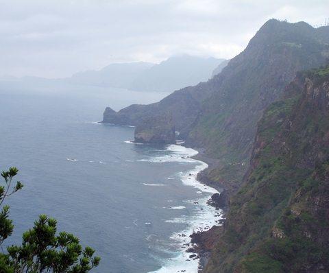 Naturen på Madeira er fascinerende. Det er store værforskjeller alt etter hvor en oppholder seg. Dette er på nordsiden av øya der det regner en god del mer enn på sørsiden. Drømmen om Madeira er mangslungen... (Foto: John Steffensen)