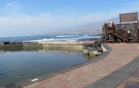 Surfere fra mange land søker til bølgene på Playa de las Americas. En sen ettermiddag skimtes fremdeles en del surfere i vannet, (www.johnsteffensen.no)