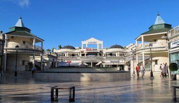 Shop till You Drop. Det fins en mengde shoppingsentre på Tenrife. De mest kjente er Oasis i Los Cristianos, Americas Plaza og Safari i Playa de las Americas. Dette er Safari. (www.johnsteffensen.no)