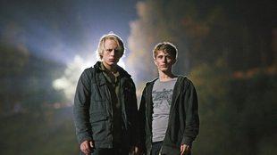 De to guttene Henning (spilt av Odin Waage) og Philip (Axel Gehrken Bøyum) blir øyevitner til det som skjer, men de våger ikke å fortelle det til noen.
