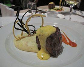 Denne kreative biffen fikk vi servert på kvalitetsrestaurant Armazem do Sal. Jeg har aldri smakt noen bedre biff. Perfekt på alle måter. Foto: John Steffensen