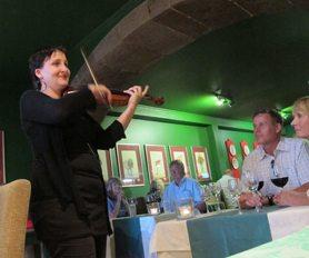 """Restaurante Mozart byr på """"Sjefens kveld"""" hver torsdag. Eminent levende musikk og god steming i det lille lokalet i gamlebyen av Funchal. Vil du være med på dette, må du bestille bord. Foto: John Steffensen"""