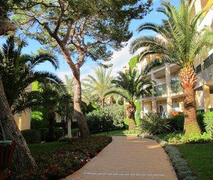 De 297 leilighetene er fordelt på flere blokker som ligger nennsomt plassert i det flotte hageanlegget. Foto - johnsteffensen.no