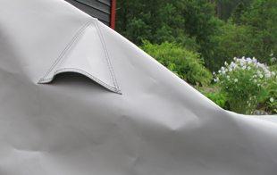 Seilmakerens regntrekk har luftehull oppe på hver side. Da blir det god lufting under duken. Foto: John Steffensen