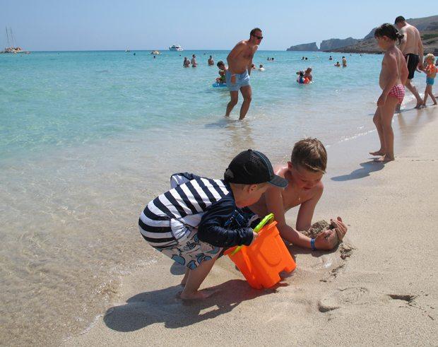 Cala Mesquida har en av Mallorcas beste sandstrender. Et eldorado for liten og stor. Her er noen av barnebarna våre i ivrig lek i strandkanten. Et minne for livet! (Foto: johnsteffensen.no)