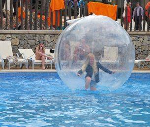 Viva Cala Mesquida Resort hadde mange artige aktiviteter for barna. Her er Leah i aksjon i luftboblen i et av bassengene. Foto - johnsteffensen.no