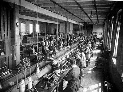 Bergen Skofabrik A/S var landets eldste skofabrikk. Den ble grunnlagt i 1881 av Adolph Christensen. Første produksjonslokale var i Torgalm. 6. Etter litt flyttet den til Nygårdsgaten 106-112, men etter 1913 flyttet fabrikken til Store Lungegaardsvann i en del av samme bygg hos i dag huser Bergen Storsenter. Fabrikken ble avviklet i 1974. Foto: Universitetsbiblioteket i Bergen.