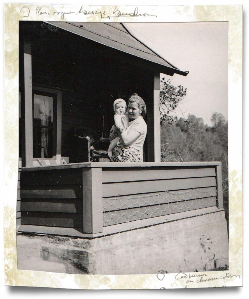 Et lite utsnitt av hytten vår. Det var på denne altanen Frank og Asbjørn satt da min mor ankom like etter leggetid. Min bror og jeg lå i andre etasje. På bildet ser du min kjære mor med forfatteren, John, på armen. Foto - www.johnsteffensen.no