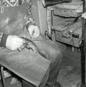 Her sees randsying for hånd, dvs. den gammeldagse måten. Ved randsying ble yttersålen (lærsålen) sydd fast til binnsålen og overlæret gjennom en smal lærstrimmel, kant (rand). Foto: John Steffensen / www.johnsteffensen.no