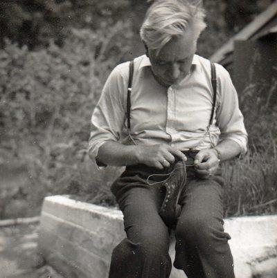 """Skomakeren som ble ved sin lest... I et gammelt fotoalbum har min mor skrevet følgende kommentar til dette bildet tatt på hytten vår i Fana: """"Selv i ferien..."""" Skomakermester Frank Steffensen var meget nevenyttig, og han kunne fikse det meste. Ikke bare sko... www.johnsteffensen.no"""