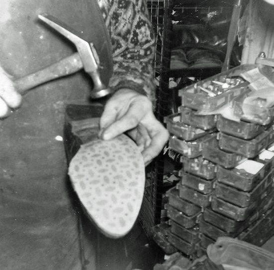 Skomakeren i Lille Øvregaten 13 sysselsatte flere skomakere. Dette er i fatterns verksted, men det er ikke fattern som såler sko her. Det ser jeg på hammeren. Skaftet på min fars hammer var betydelig mer slitt. Foto: John Steffensen - www.johnsteffensen.no