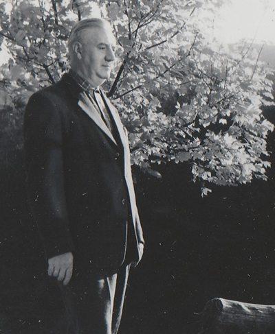 Min far, skomakeren, handler om skomakermester Frank Steffensen som holdt til i Lille Øvregaten 17 og 13 i Bergen. www.johnsteffensen.no