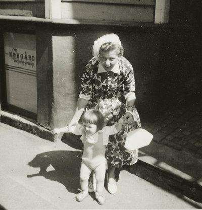 Forfatteren, John - vel 1 år gammel - foreviget sammen med sin mor i Lille Øvregaten. Foto: johnsteffensen.no