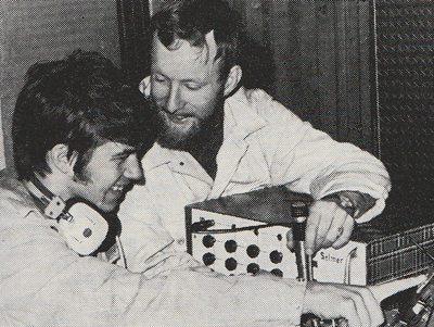 Jokeren, dvs. Jon Geir Bauge, var sjefen for Teknisk stab. Her i munter passiar med lydsjef Stein Unger Hitland (t.v.). www.johnsteffensen.no