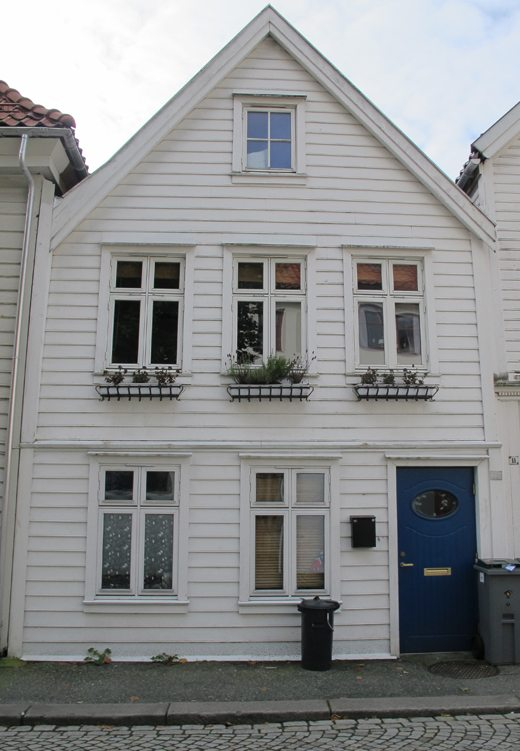 I dag ser fatterns hus i Lille Øvregaten slik ut. Nummer 13 er blitt ført tilbake til slik det en gang var. Men innvendig er huset topp moderne og helt forskjellig fra slik det så ut den gangen fattern hadde skomakerverksted og skobutikk i huset. Foto: johnsteffensen.no