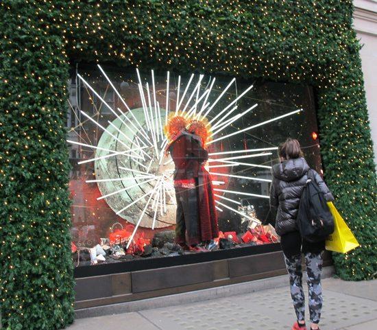Selfridges, varehuset som fikk ekstra oppmerksomhet takket være TV-serien med samme navn, har holdt til i den imponerende bygningen i Oxford Street siden 1909. Vindusutstillingene kan ta pusten fra noen og enhver - Foto John Steffensen