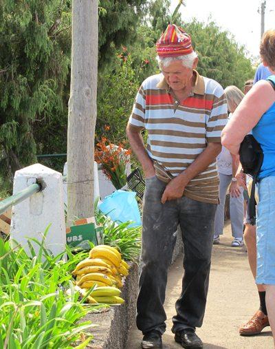 """Madeira - Bananene på Madeira er for korte(!) til at EU kan godkjenne dem som handelsvare. Det eneste landet i Europa som av EU får lov til å """"importere"""" Madeira-bananer, er moderlandet Portugal. Bananene er søte og svært gode, og det er helt uforståelig at EU ikke tillater import av denne førsteklasses frukten, her solgt av en meget lokal produsent. Foto - John Steffensen"""