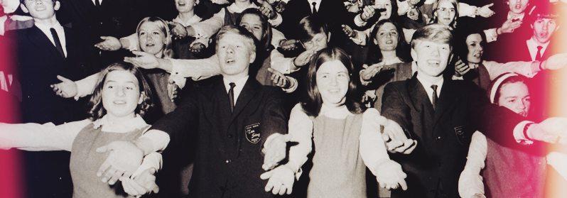 Det første Ten Sing ensemblet kunne i 1968 presentere sitt musikalske fyrverkeri, et show med mål og mening. johnsteffensen.no